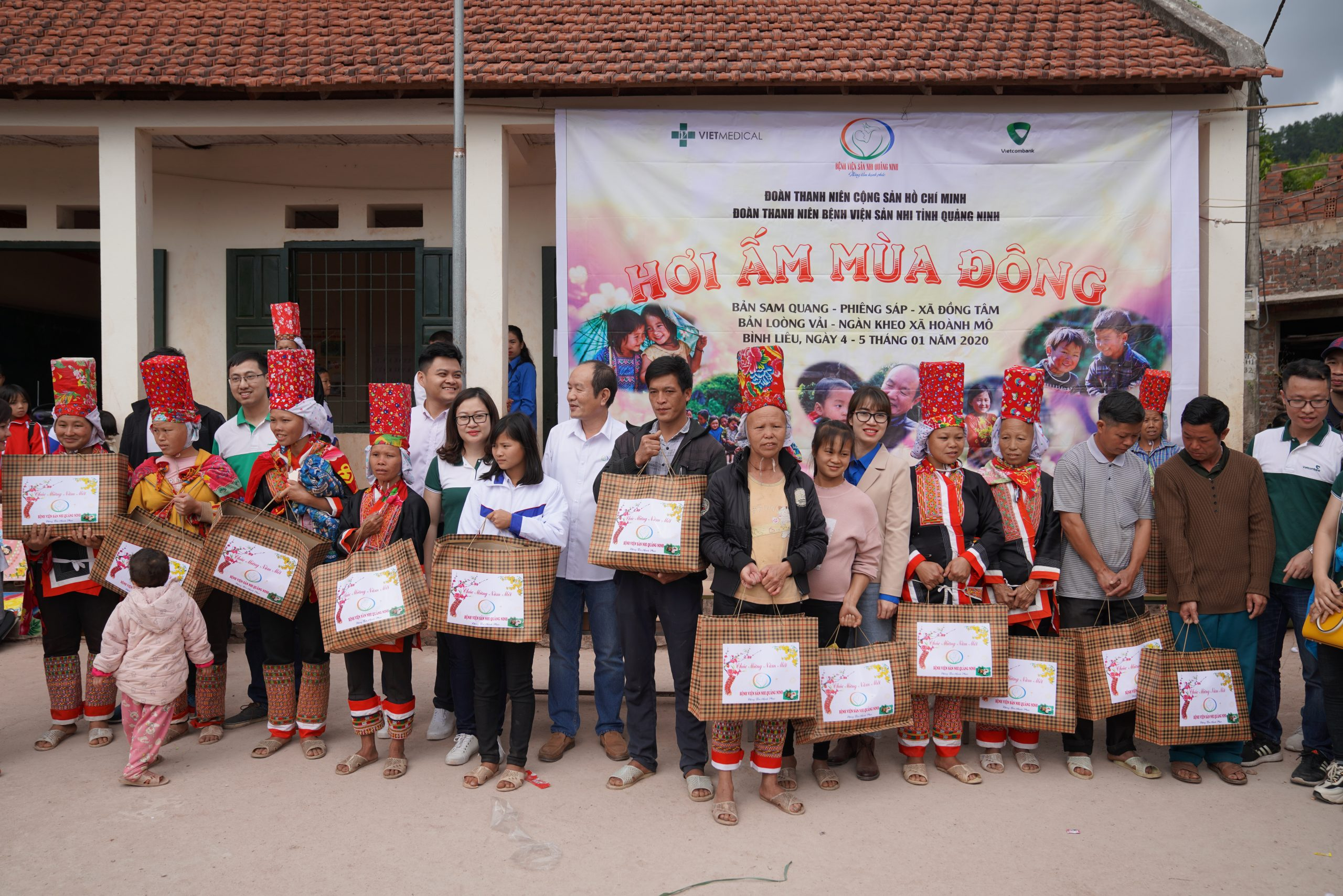 """Vietmedical (VMED Group) accompanies the volunteer program """"Winter warmth"""", bringing love to the highlanders in Binh Lieu district, Quang Ninh province."""